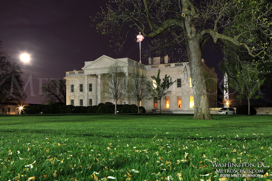 Moon rises over the White House