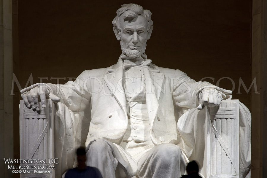 Abraham Lincoln statue at night